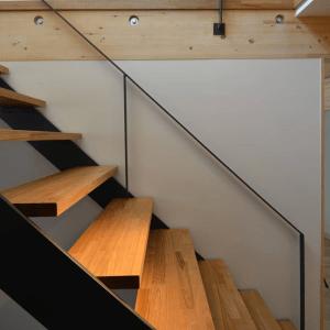 シンプルな空間を邪魔しない、スケルトン階段