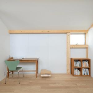 シンプルで飾りの少ない個室