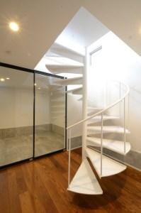 【シンプルライフのコツ6】真っ白ならせん階段は、まるでオブジェのよう