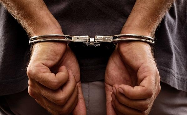 Sulmon policët – Arrestohet motoçiklisti