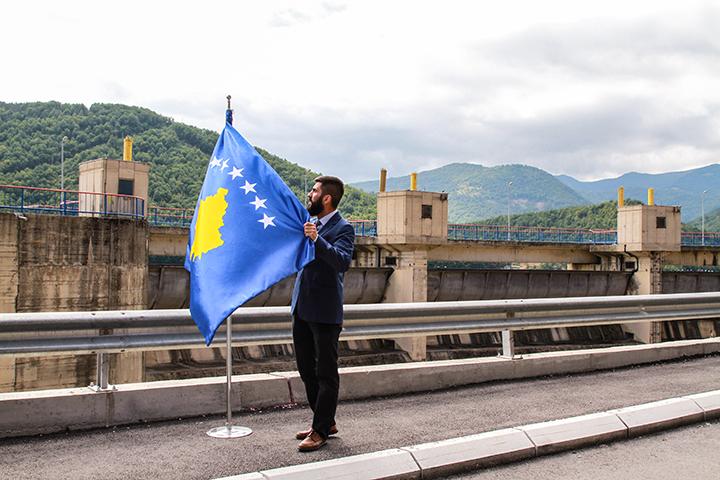 Flamuri i Kosovës vendoset tek Liqeni i Ujmanit