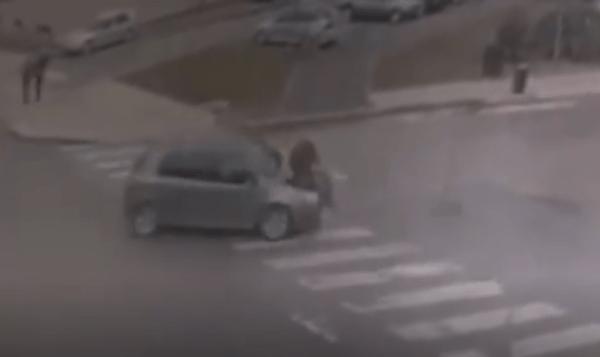 Vetura shkel një këmbësor midis zebrave [VIDEO]
