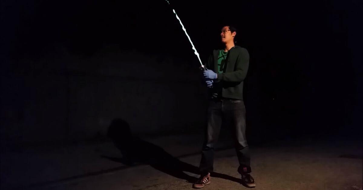 ライトセーバーと言うより、火炎放射器!?なかなか危険なライトセーバー