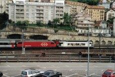 CH - CFF Re 460 en UM dans un train de mesure à Neuchâtel