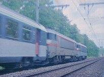 CH - SNCF, UM de BB 7200 avec rame de voitures Corail entre La Plaine et Russin (scan de négatif)