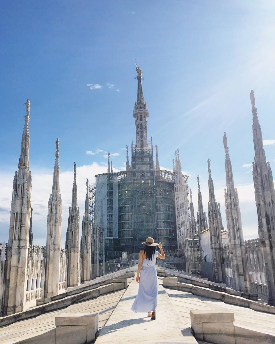 Jasmine walking through the arches of Duomo