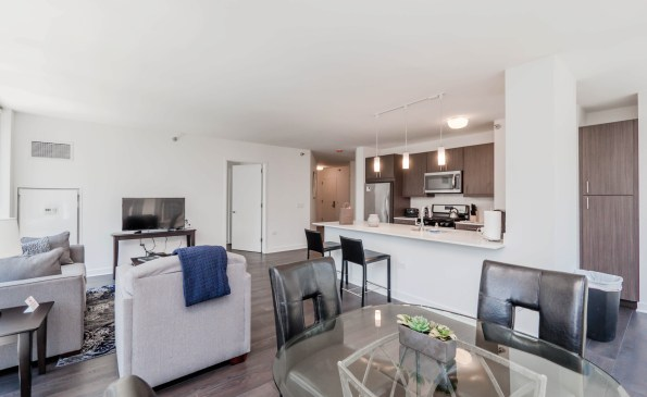 1002DininLiving-380079