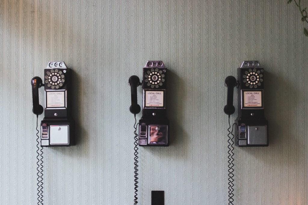 Weniger Technologie, nur Nutzen: antiquierte Wählscheiben-Telefonapparate