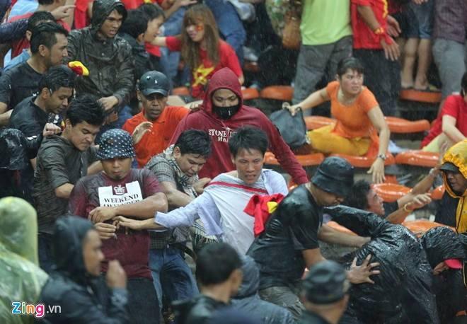 Gambar Pergaduhan Ketika Perlawanan Malaysia vs Vietnam 03