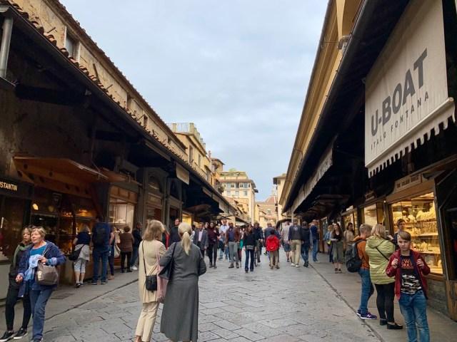 """Ponte Vecchio - вот так выглядит мост """"изнутри"""" - по бокам куча ювелирных магазинов."""