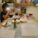ダイニングテーブルで食事