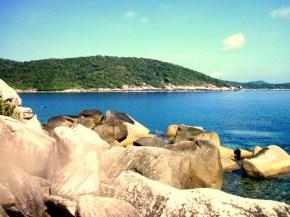 Formasi bebatuan sebagai penyusun utama Pulau-Pulau Kecil di Anambas