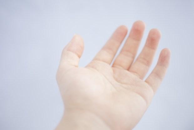 手のひらの痛みの原因は病気?真ん中、小指の下がズキズキ痛い理由は?