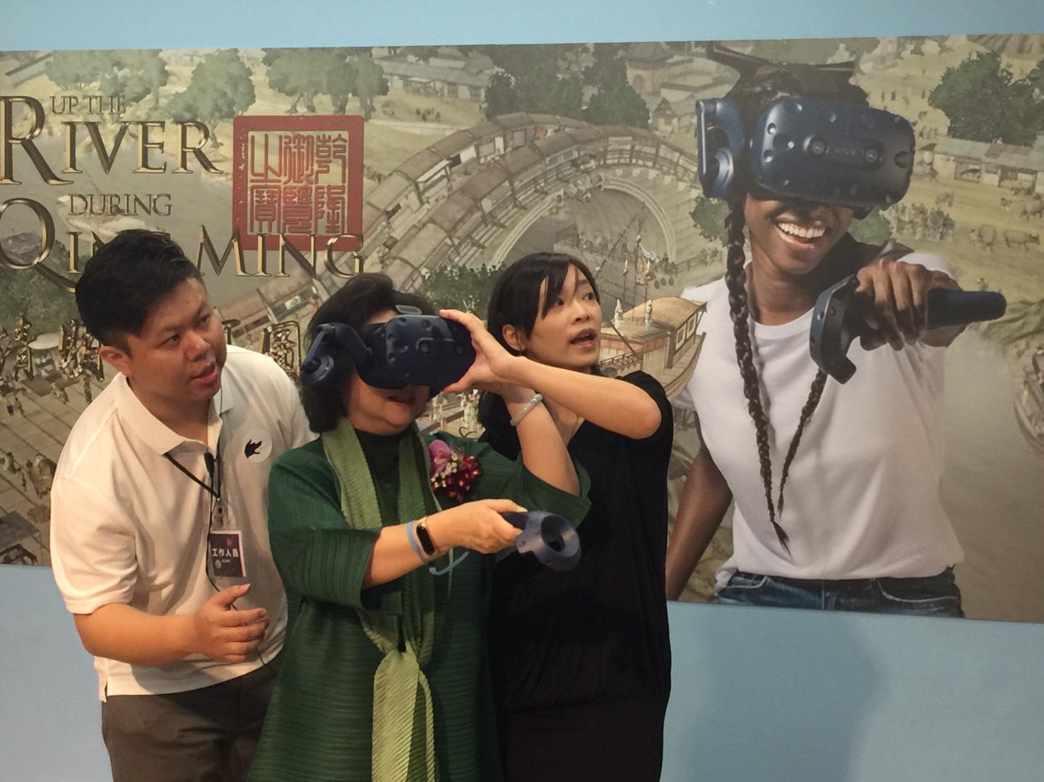 HTC新聞照片02 (教育部范巽綠政務次長親自體驗清明上河圖VR)