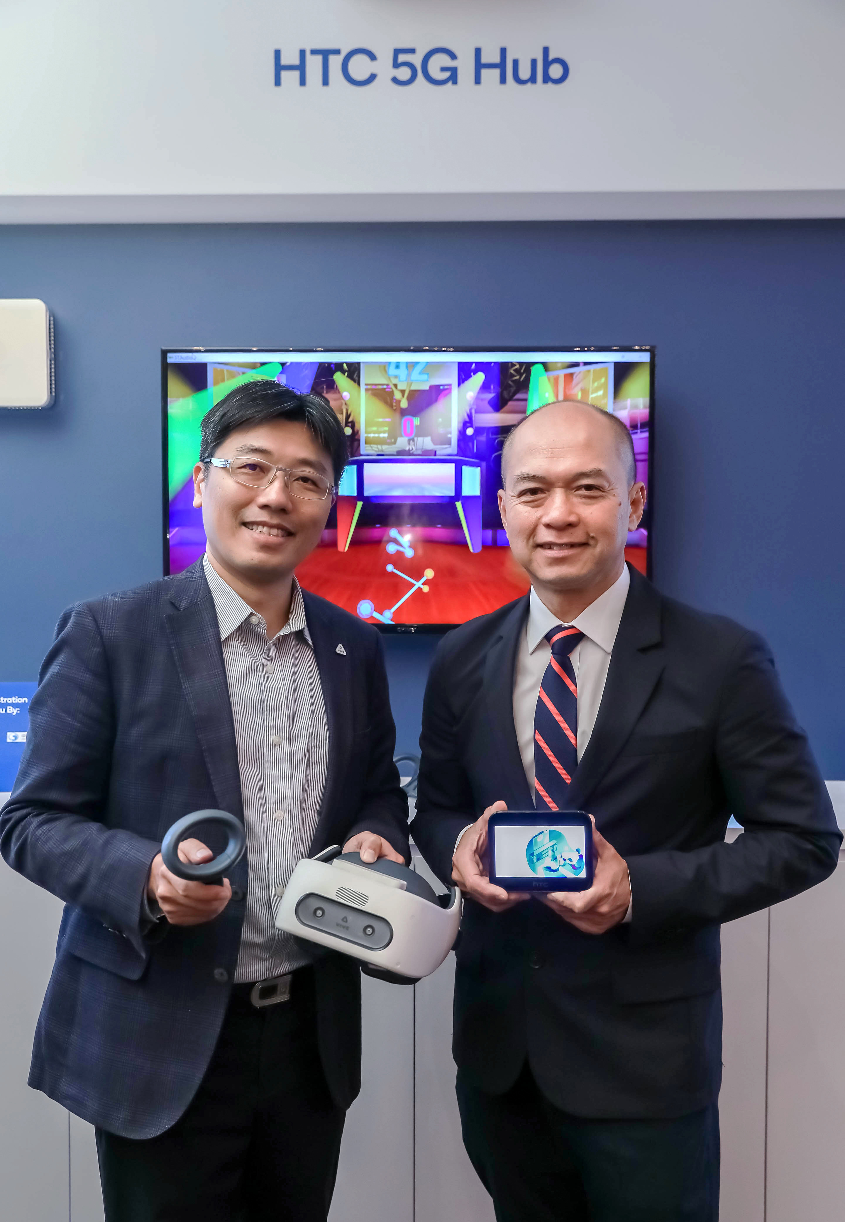 HTC新聞照片(高通副總裁暨台灣與東南亞區總裁劉思泰(右)與HTC全球產品與策略副總經理鮑永哲(左)於COMPUTEX 2019展出實際5G網路垂直應用