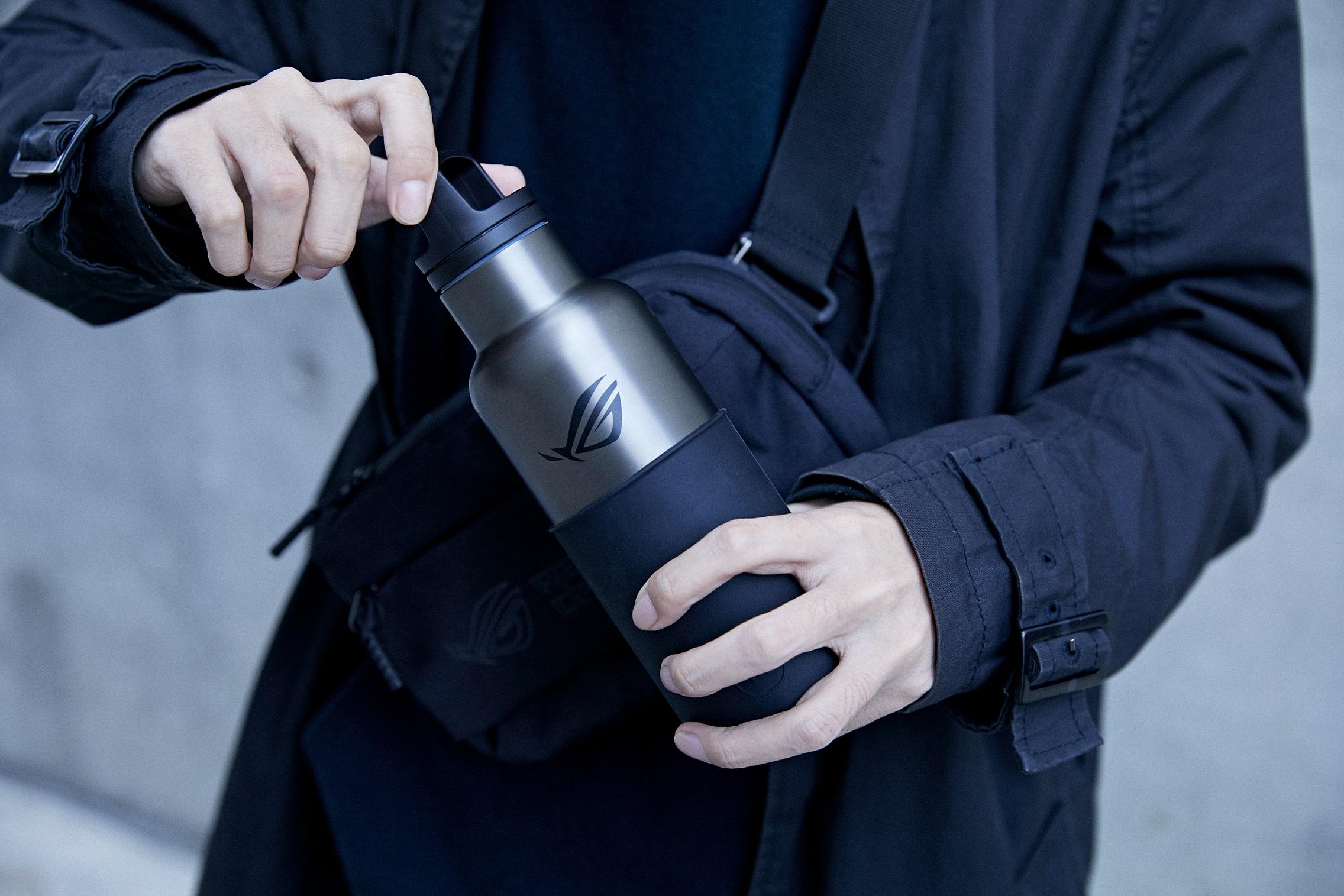ROG x HYDY不鏽鋼保溫水瓶真空保溫效果最高可達12小時、保冷24小時,讓玩家們可隨時隨地展現ROG潮電競風格。