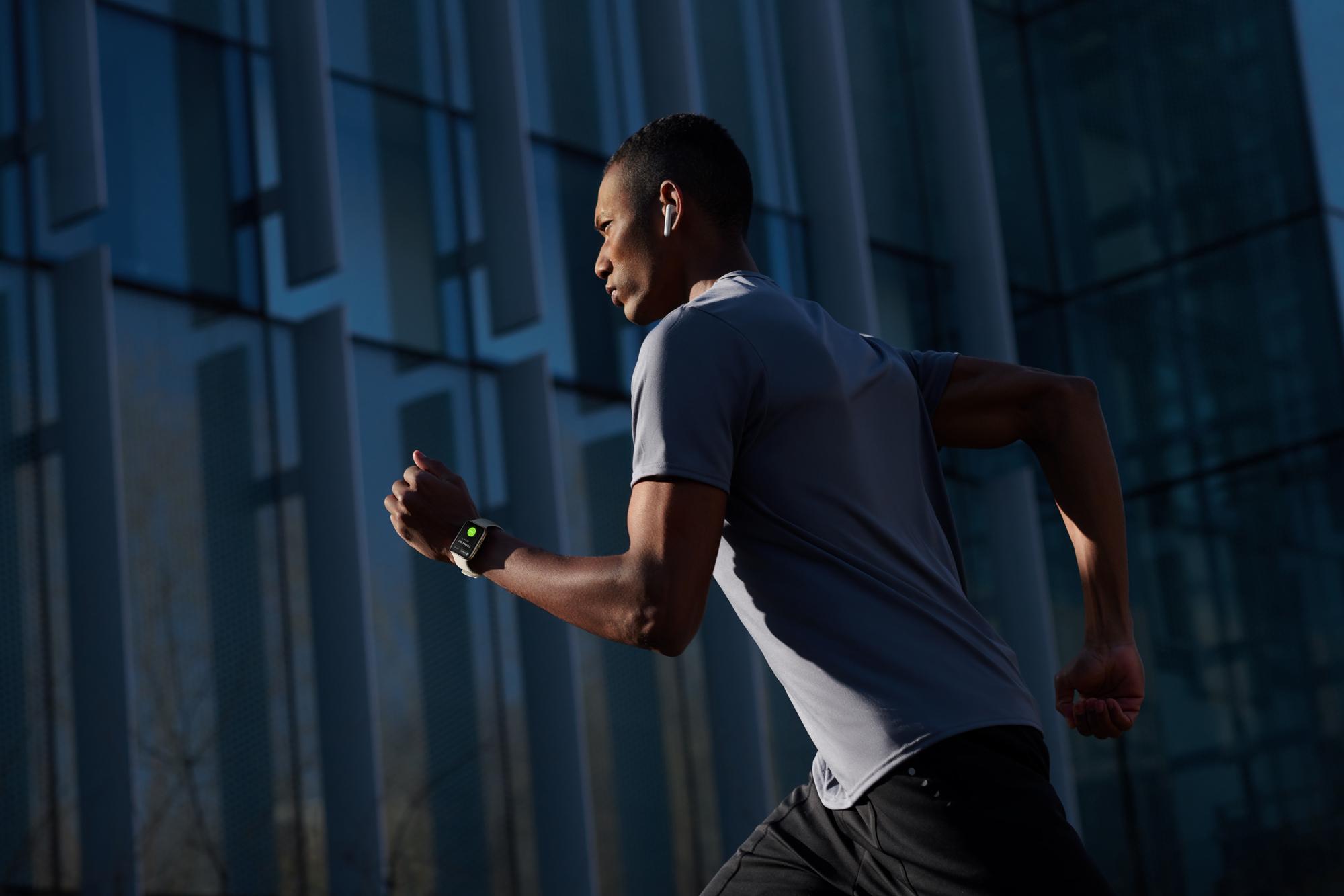 OPPO Watch系列支援5分鐘健身系列課程與5種OPPO日常運動模式,不論在戶外或者室內都能隨時隨地追求完美體態。