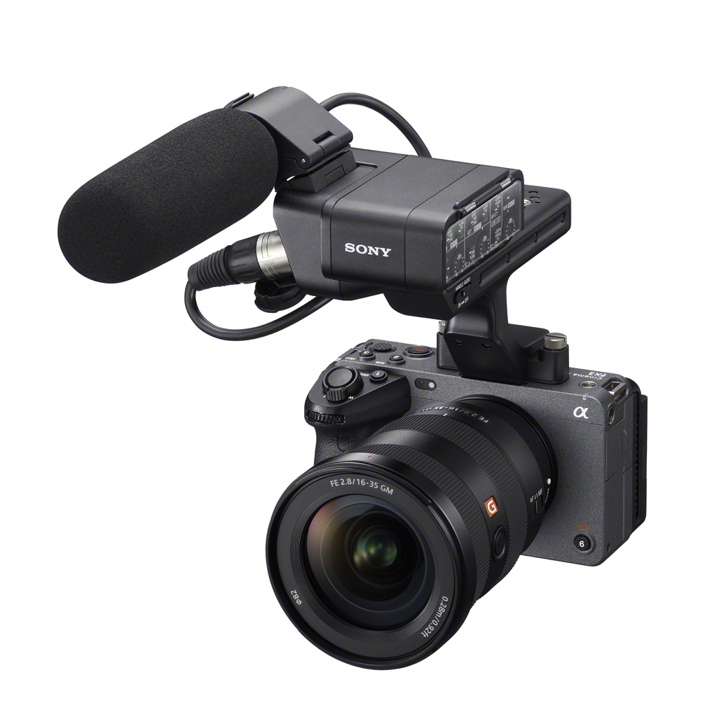 Sony FX3 的 XLR 把手具有 XLR、TRS 音訊輸入端子,可選購 XLR 麥克風將數位音訊數據直接傳輸到相機