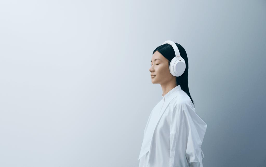 WH-1000XM4靜謐白都可以毫無違和的融入各類型時尚穿搭,隨行享受高品質音樂!