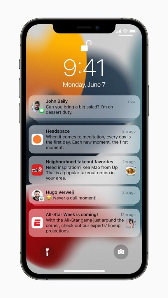 「通知」換上全新外觀,擁有放大的 app 圖示,方便使用者辨識,並推出新的通知摘要功能。