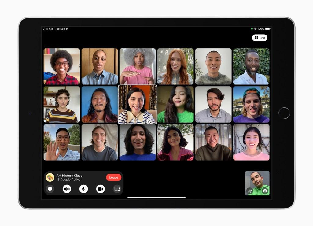全新 iPad 上的「人物居中」功能,讓使用 FaceTime 聯繫更有參與感,超乎以往。