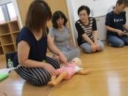 乳児の心肺蘇生法を学ぶ様子