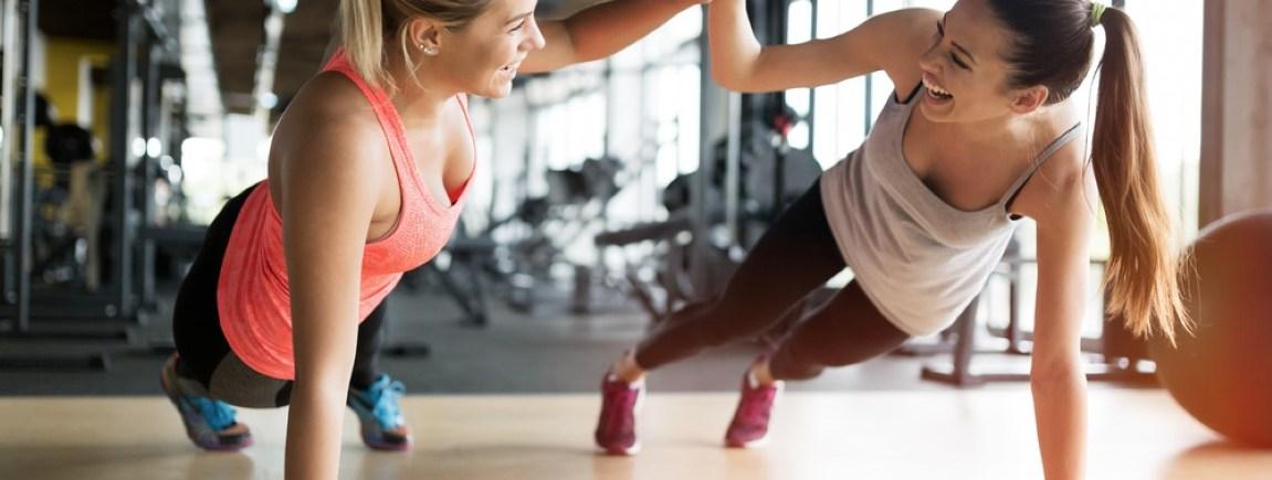 Zwei Frauen, die motiviert trainieren.