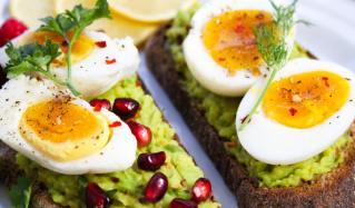 Abnehmen mit Ei-Avocado-Brot mit Granatapfelkernen