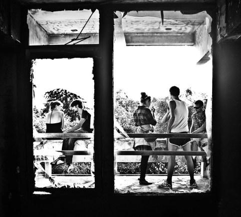 sw-Foto: Blick durch ein kaputtes Fenster - Party People