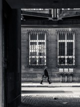 sw-Foto, Berlin, Mann mit Koffer