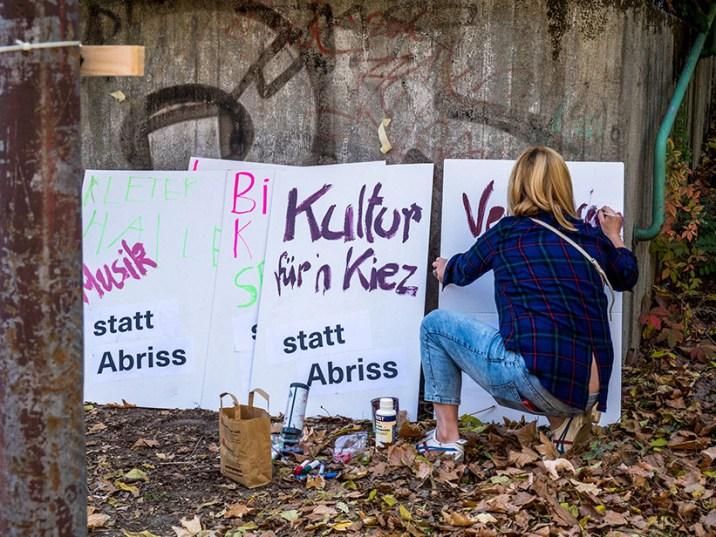 Foto: Frau schreibt Protestplakate