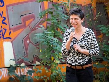 Foto: Frau am Mikrofon