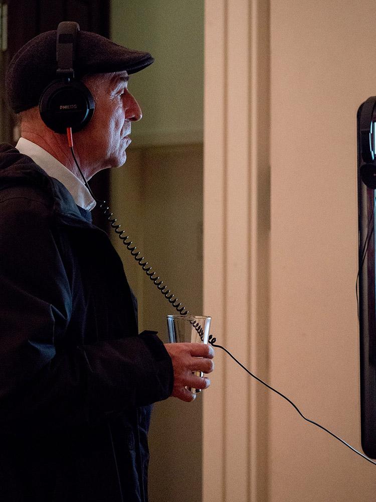 Mann mit Kopfhörern schaut sich Video an