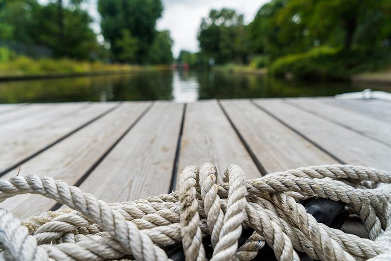Tau auf Floß auf Fluss