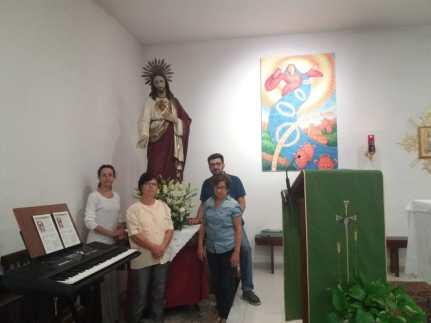 Alcuni parrocchiani della chiesa del Sacro Cuore di Gesù all'interno della chiesa (4)