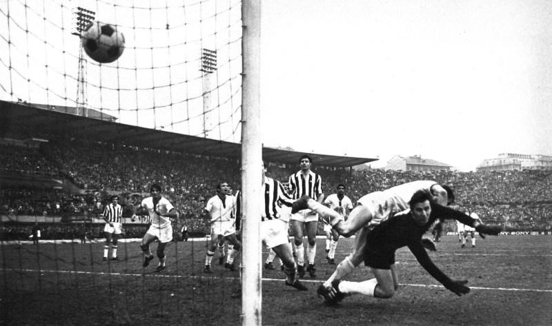 Serie_A_1969-70_-_Gigi_Riva_scoring_for_Cagliari_v_Juventus_in_Turin_(4)