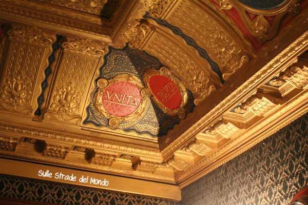 particolare delle decorazioni del soffitto