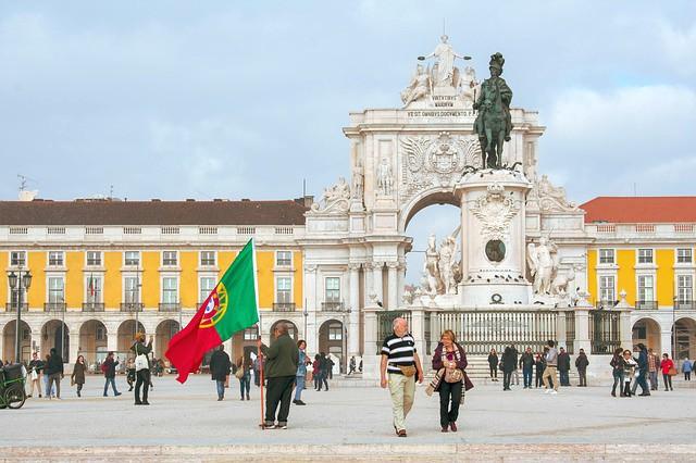 Lisbona, uomo con Bandiera del Portogallo
