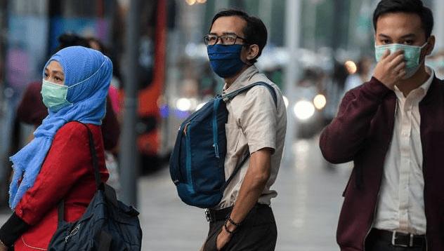 Warga Gunakan Masker Untuk Cegah Covid-19