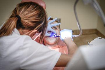 Ilustrasi pemeriksaan gigi.