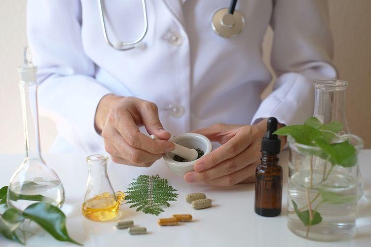 Ilustrasi obat herbal yang racik.