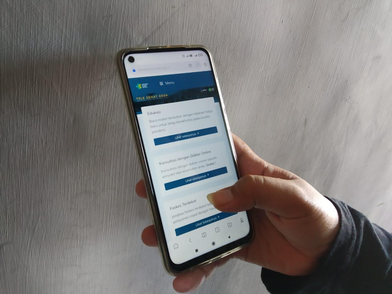 Salah satu pengguna layanan saat mengakses layanan digital Tele Sehat