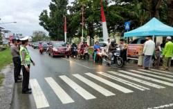 Polres Muna Berbagi 500 Porsi Takjil Gratis Bagi Pengguna Jalan
