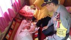Kapolsek Wonggeduku, Ipda Arif, saat berkunjung ke rumah duka (foto: dok. Polres Konawe/SULTRAKINI.COM)