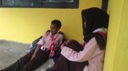 Nampak dua orang siswa SMAN 2 Pasarwajo setelah sadarkan diri. (Foto: La Ode Ali/SULTRAKINI.COM)