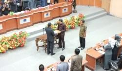 Paripurna DPRD Kolaka Setujui Delapan Raperda Menjadi Perda