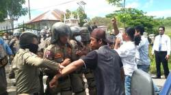 Bentrok, Massa Aksi Menduga Anggota DPRD Wakatobi Gelapkan Rupiah