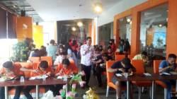 Lomba makan mi aceh paling hot di Fortune Frontone Hotel Kendari, Sabtu (26/1/2019). (Foto: Wa Rifin/SULTRAKINI.COM)