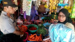 Kapolres Muna, AKBP Agung Ramos Paretongan Sinaga saat gelar operasi pasar di Pasar Sentral Laino, Senin (13/5/2019). (Foto: Arto Rasyid/SULTRAKINI.COM).