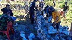 Warga Walandawe gotong royong membangun Masjid secara swadaya (Foto: Aripin Lapotende/SULTRAKINI.COM)